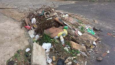 Entulho de obras deixa moradores de Viana indignados