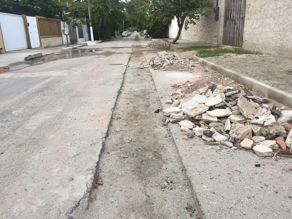 Obra inacabada deixa rua esburacada em Morada do Sol, Vila Velha