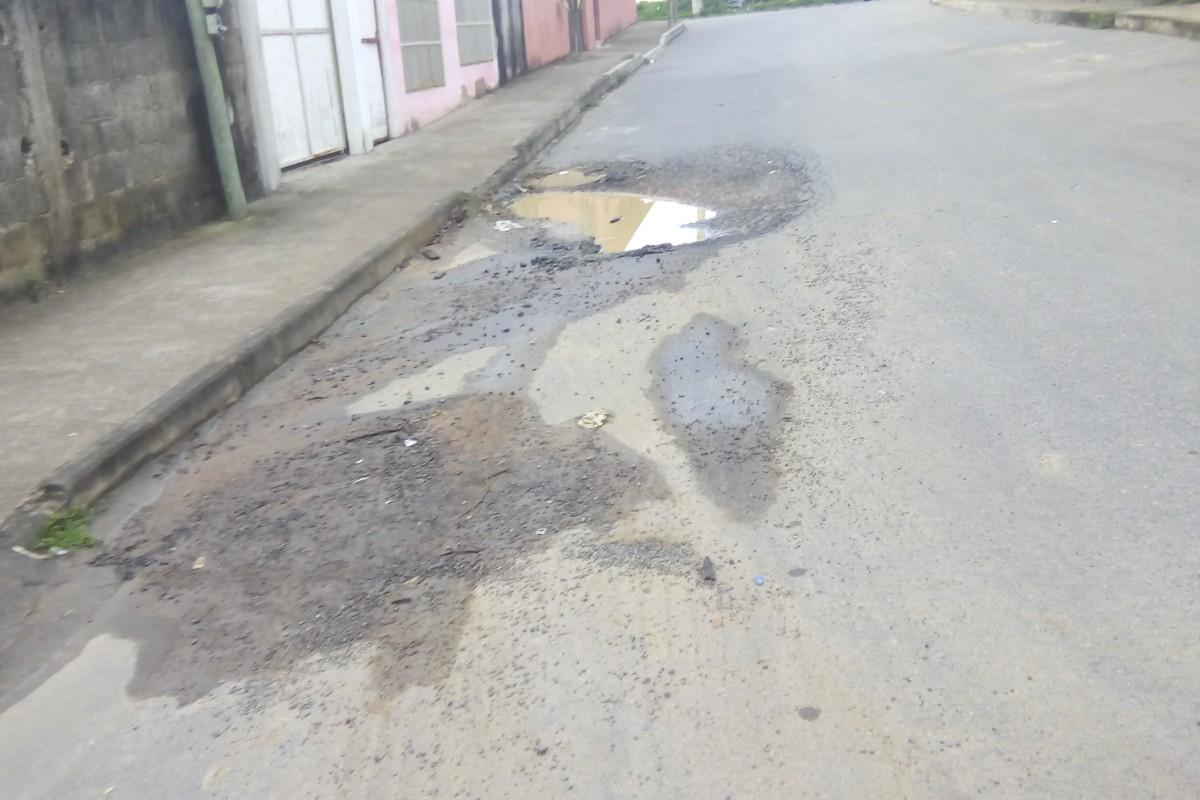 Rua com buracos gera reclamação de moradores em Cariacica