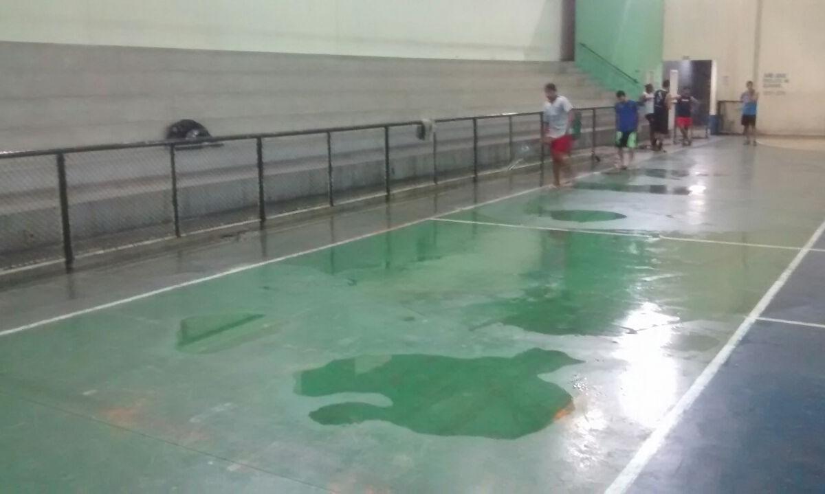 Moradores denunciam a situação de um ginásio em André Carloni, na Serra