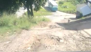 Rua com buracos há mais de 10 anos deixam moradores de Cariacica indignados