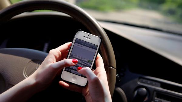 Resultado de imagem para uso de celular no trânsito