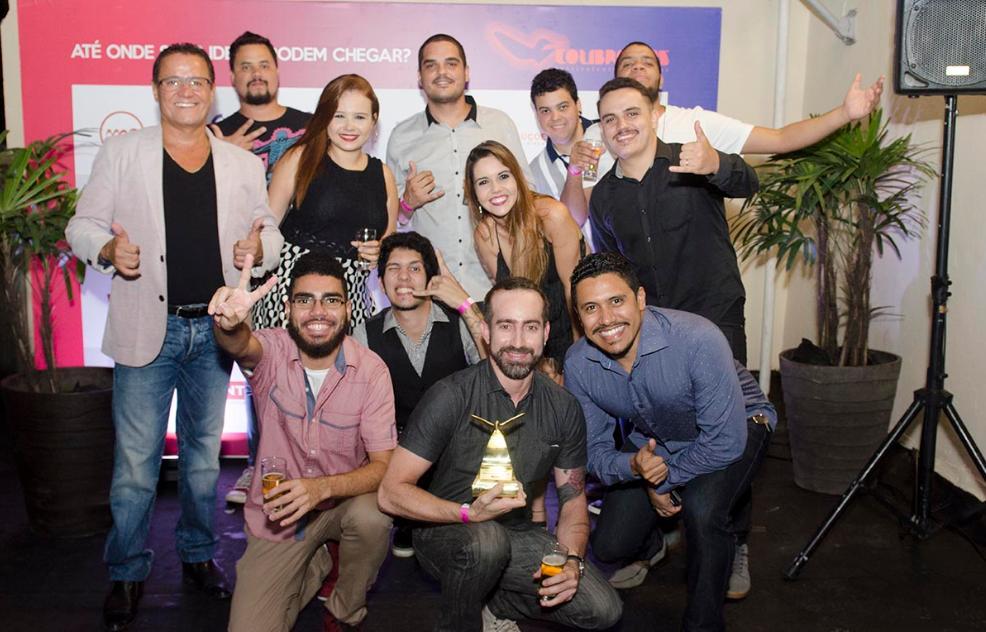 Foto da equipe da Artcom comemorando Ouro