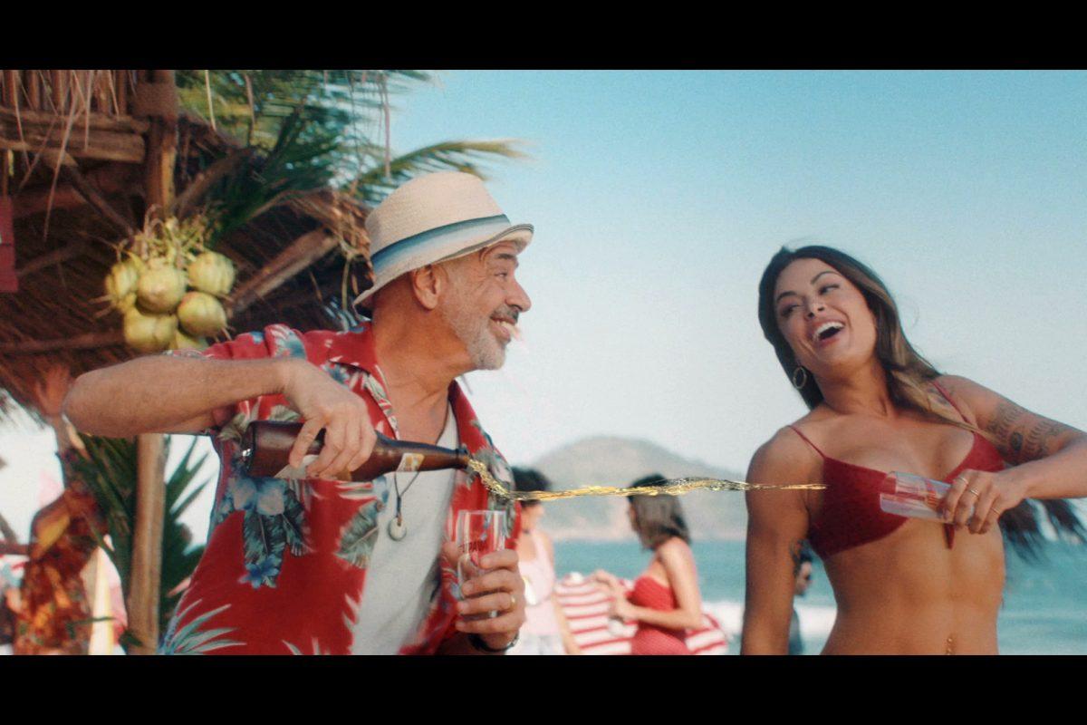 d0e9ef1401 A cerveja 100% verão estreia novo filme com Lulu Santos e Verão ...