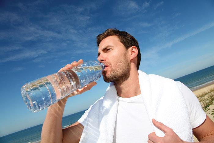 homem-bebendo-agua-na-garrafa